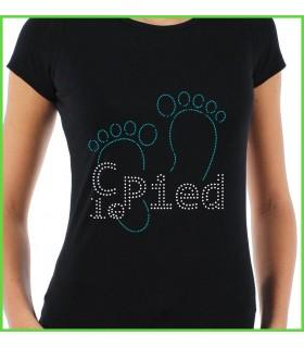 les mots c'est le pied sont indiqués sur ce très beau tee shirt en strass de couleur noir