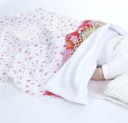 couverture rose lit bébé
